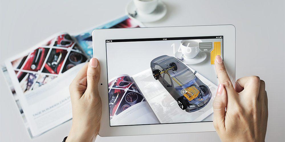 Una persona utiliza una aplicación de realidad aumentada sobre una revista